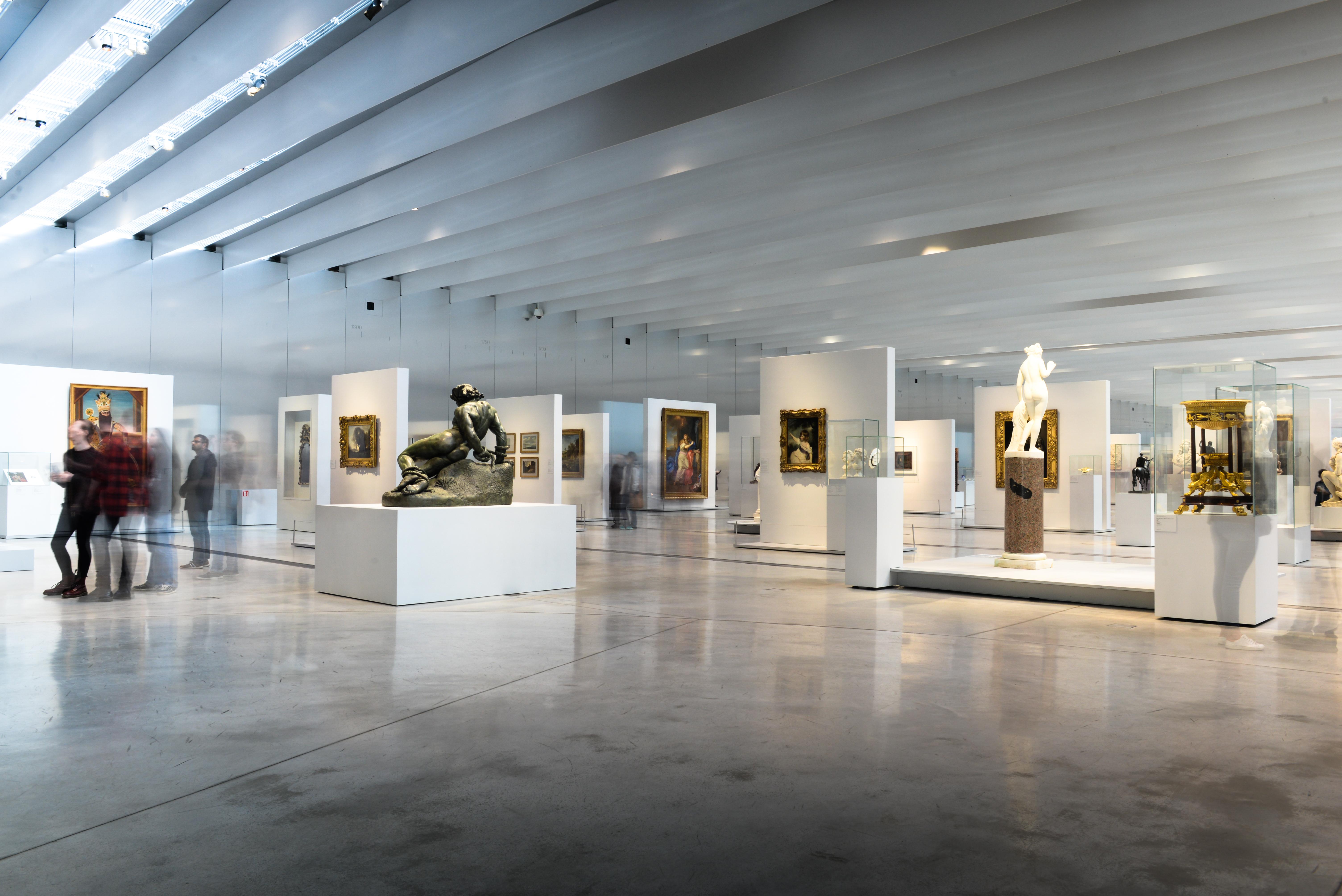 Louvre lens galerie du temps galerie de la mode le for Louvre interieur