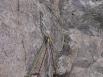Beau relais de rappel (Descente des arêtes de Sialouze, août 2016). Beau parce que les rappels sont décalés de 3 à 4 m pour que les alpinistes ne se prennent pas des roches sur la tête.