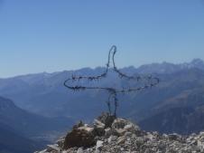 Croix en barbelés militaires au sommet du Mont Chaberton.